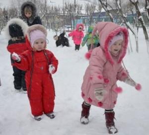 Мы снежки играем смело