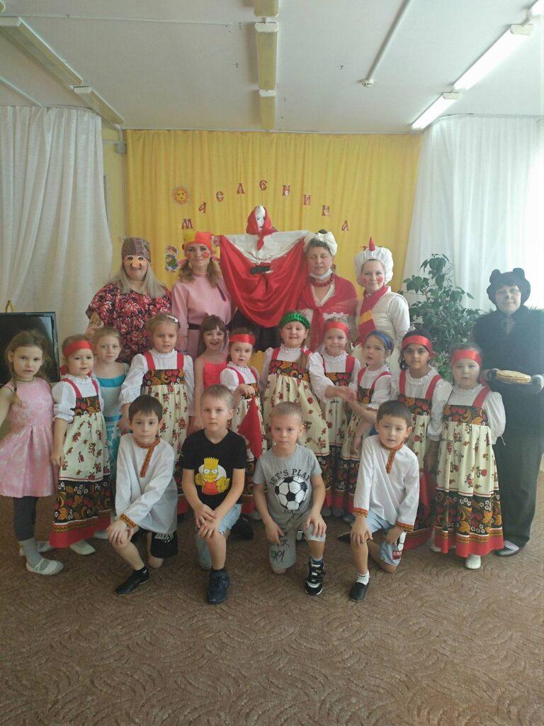 Воспитанники группы Золотой ключик с героями Масленичной недели