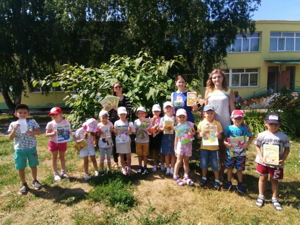 Группа Пчелки с сотрудниками библиотеки